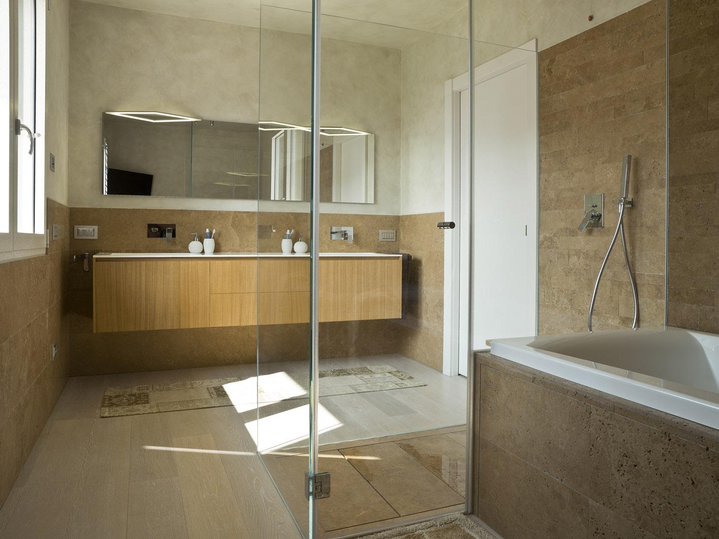 bagno moderno MG architettura d'interni simone casarotto design marmo travertino noce