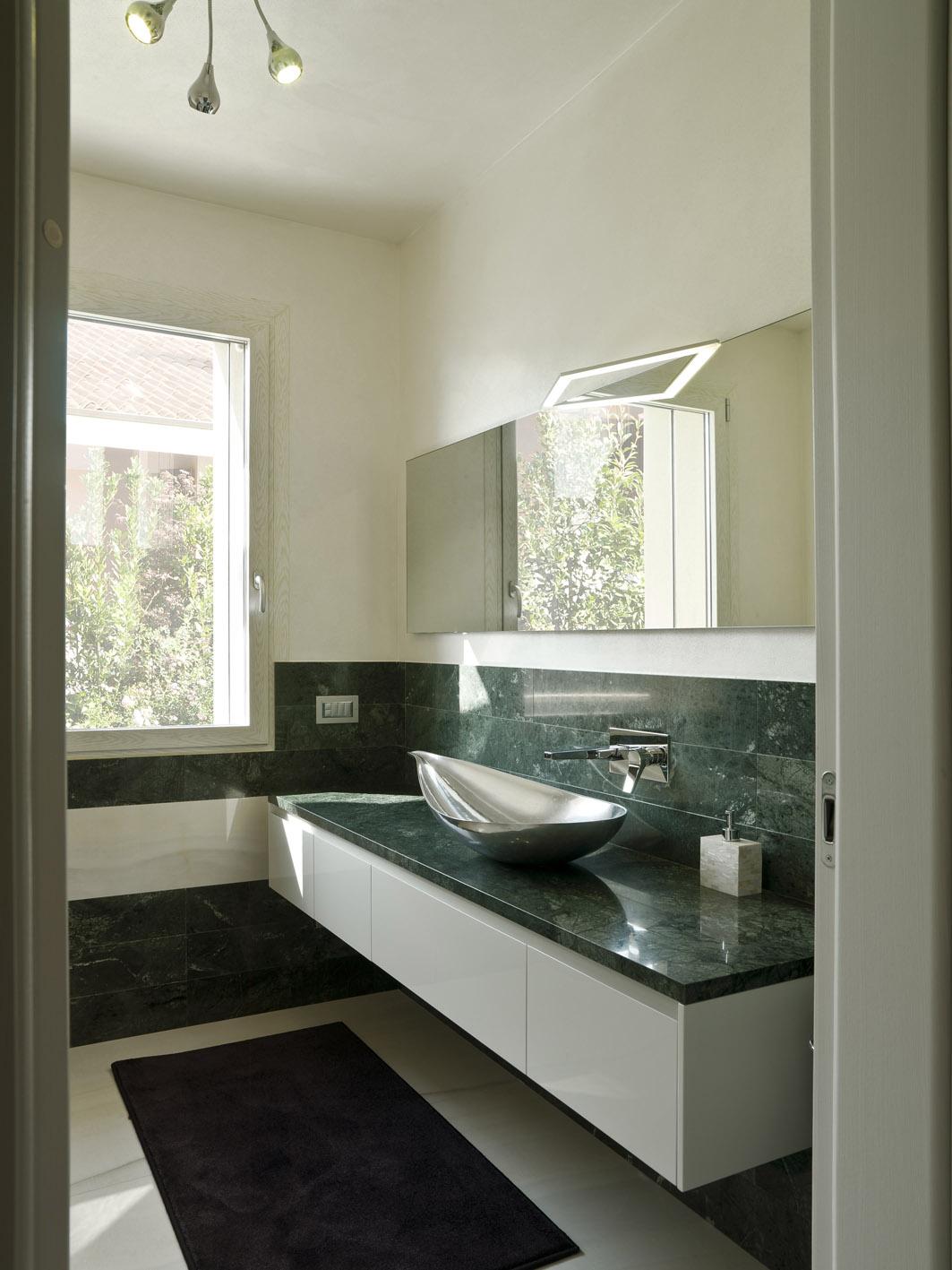bagno moderno MG architettura d'interni simone casarotto design marmo verde gautemala lavabo alluminio foglia spoldi ideabagno